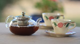 A teapot and teacups